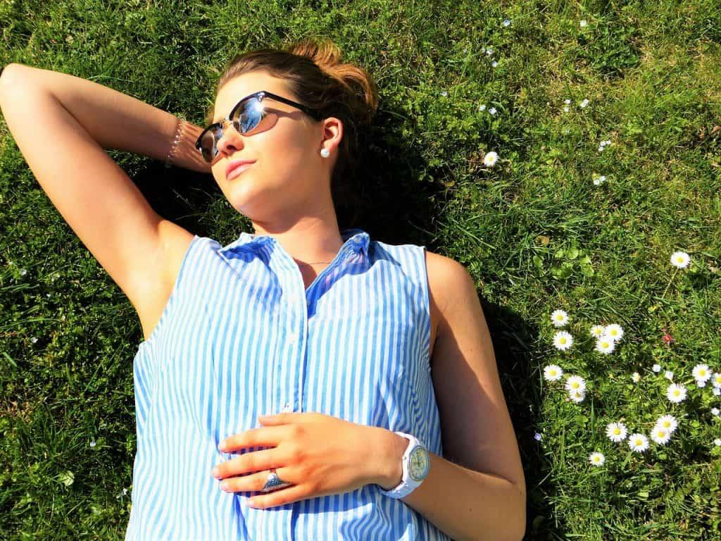 Mulher tomando sol.