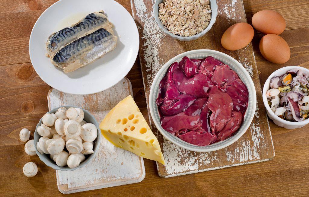Alimentos ricos em vitamina B12 (cobalamina) em um fundo de madeira. Alimentação saudável. Vista de cima