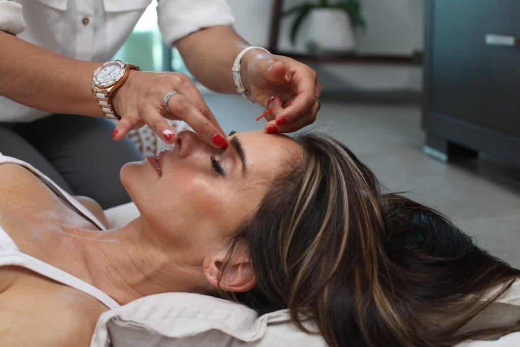 magem de uma mulher passando por um tratamento estético.