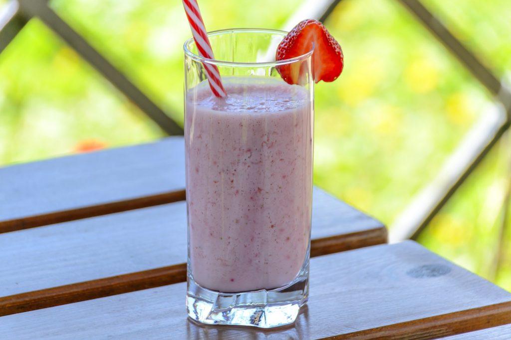 Imagem mostra um copo com kefir em destaque.