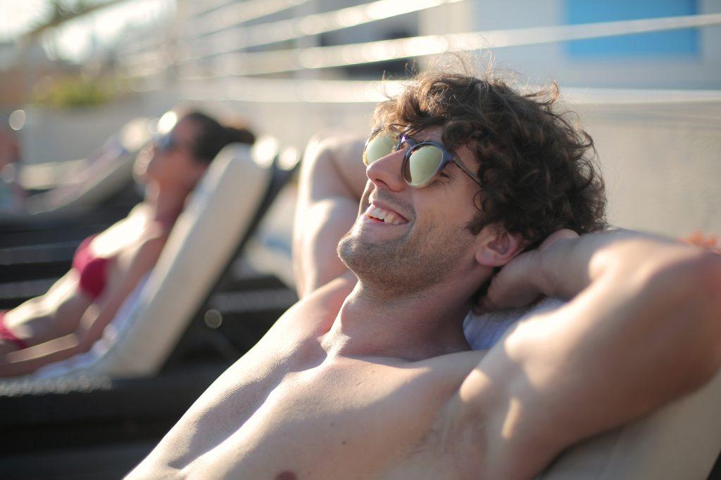 Imagem de um homem tomando banho de sol.