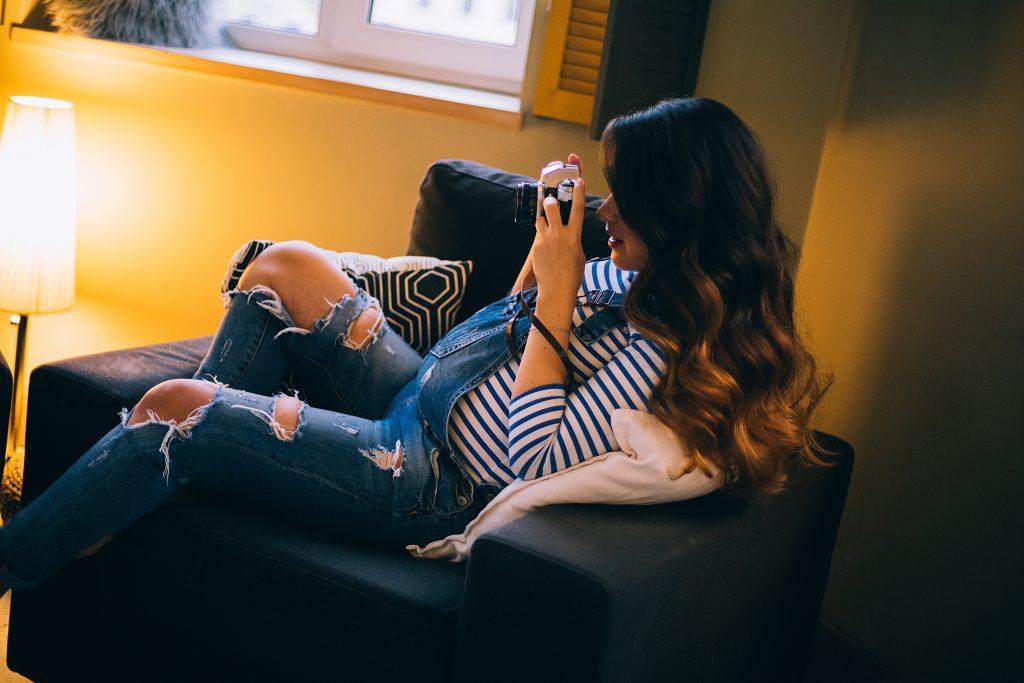 Imagem de uma mulher grávida sentada.